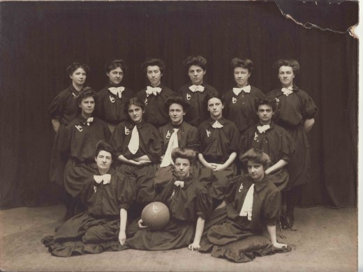 The 1907 Johnson & Johnson women's basketball team, made up of Laurel Club members. From our archives.